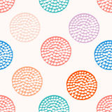 Modello senza cuciture del cerchio strutturato variopinto, blu, rosa, arancia, pois rotondo viola di lerciume, carta da imballagg royalty illustrazione gratis