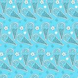 Modello senza cuciture del gelato dolce in un cono della cialda circondato dai fiori e dai cerchi su un fondo blu-chiaro Fotografie Stock