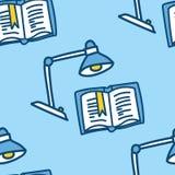 Modello senza cuciture del libro con la lampada Illustrazione blu della scuola di vettore Immagine Stock