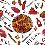 Modello senza cuciture del partito della griglia del BBQ di estate Grandi salsiccie, griglia del barbecue, tenaglie, forcella, fu Fotografie Stock