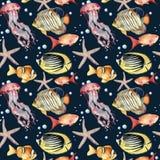 Modello senza cuciture dell'acquerello con il pesce su fondo blu Pesce, stelle marine, meduse ed aria tropicali dipinti a mano Fotografia Stock
