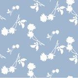 Modello senza cuciture dell'acquerello con le siluette delle rose bianche e delle foglie su fondo blu-chiaro Motivi cinesi Immagine Stock Libera da Diritti