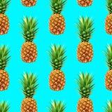 Modello senza cuciture dell'ananas su fondo blu Fotografie Stock Libere da Diritti