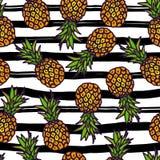 Modello senza cuciture dell'ananas sul fondo delle strisce Immagine Stock