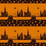 Modello senza cuciture della carta di Halloween con la strega, la zucca e la città Fotografia Stock