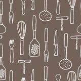 Modello senza cuciture di articolo da cucina Contorno disegnato a mano bianco su fondo marrone Fotografie Stock
