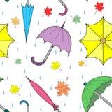 Modello senza cuciture di Autumn Umbrellas, delle foglie e delle gocce variopinti disegnati a mano Perfezioni per la stampa Fotografie Stock Libere da Diritti