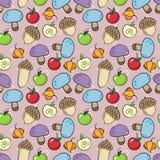 Modello senza cuciture di autunno con i muchrooms, le ghiande, le mele e il physa Fotografia Stock Libera da Diritti