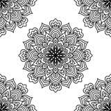 Modello senza cuciture di fantasia in bianco e nero con il fiore rotondo ornamentale di scarabocchio su fondo bianco Mandala nera royalty illustrazione gratis