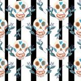 Modello senza cuciture di gouache dei crani messicani e del fondo in bianco e nero dei fiori blu illustrazione vettoriale