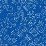 Modello senza cuciture di inverno con i calzini sul backgro blu Fotografie Stock Libere da Diritti