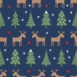 Modello senza cuciture di Natale - alberi vari, cervo, stelle e fiocchi di neve di natale Fotografia Stock