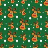 Modello senza cuciture di Natale con i cervi ed i fiocchi di neve su fondo verde Fotografia Stock