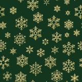 Modello senza cuciture di Natale con i fiocchi di neve dell'oro su fondo verde Progettazione di festa per il Natale ed il nuovo a royalty illustrazione gratis