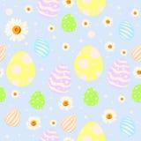 Modello senza cuciture di pasqua con le uova, i fiori della camomilla ed i punti dipinti Fotografia Stock