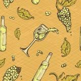 Modello senza cuciture di una bevanda alcolica e dell'uva sul fondo di lerciume Vino bianco della bottiglia Fotografia Stock Libera da Diritti