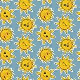 Modello senza cuciture di vettore con i fronti sorridenti svegli del sole illustrazione vettoriale