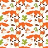 Modello senza cuciture di vettore con le volpi, i funghi, le bacche e le foglie svegli Forest Fox Seamless Pattern royalty illustrazione gratis