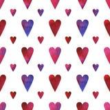 Modello senza cuciture dipinto a mano con i cuori dell'acquerello nei colori blu, rosa, rossi e porpora isolati su fondo bianco royalty illustrazione gratis