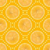 Modello senza cuciture fatto della fetta del limone isolata e dei punti su un fondo giallo Fotografie Stock