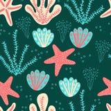 Modello senza cuciture per i bambini che visualizzano il mondo subacqueo del fumetto con le stelle marine, alga, coralli, conchig royalty illustrazione gratis