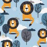 Modello senza cuciture variopinto con i leoni, gli alberi e le nuvole felici illustrazione di stock