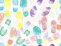 Modello senza cuciture variopinto delle orme delle stampe della scarpa Illustrazione di vettore royalty illustrazione gratis