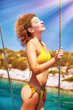 Modello sexy che gode del giorno soleggiato Fotografie Stock Libere da Diritti