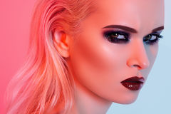Modello sexy con trucco luminoso di modo, orli di lucentezza immagini stock libere da diritti
