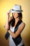 Modello sexy giovane in jeans e cappello bianco Fotografia Stock Libera da Diritti