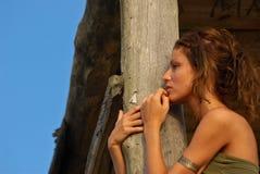 Modello sexy nella capanna della spiaggia Immagine Stock Libera da Diritti