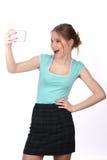 Modello sorridente che prende selfie Fine in su Priorità bassa bianca Fotografia Stock