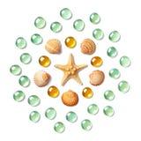 Modello sotto forma di cerchio fatto delle coperture, delle stelle marine e delle perle di vetro verdi e gialle isolate su fondo  Fotografia Stock Libera da Diritti