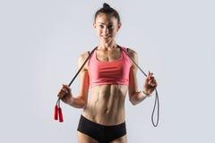 Modello sportivo con la corda di salto Ritratto dello studio Fotografia Stock