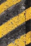 Modello a strisce di cautela sul vecchio muro di cemento fotografie stock libere da diritti