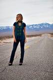 Modello su una strada vuota Fotografia Stock