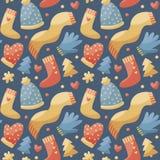 Modello sveglio senza cuciture fatto con i vestiti, cappello, sciarpa, guanti, guanti, cuore, albero di natale di inverno Fotografia Stock Libera da Diritti