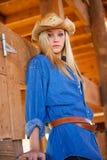 Modello teenager biondo con il cowboy Hat in granaio di legno Fotografia Stock