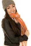 Modello teenager caucasico asiatico felice che porta una sciarpa e un beanie Fotografia Stock Libera da Diritti