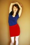 Modello teenager della ragazza in maglietta e pannello esterno Immagine Stock