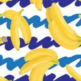Modello tropicale disegnato a mano senza cuciture con la frutta della banana su fondo bianco e blu Fotografie Stock Libere da Diritti