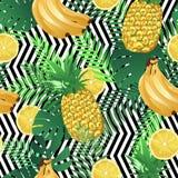 Modello tropicale senza cuciture con le banane, le foglie di palma dei limoni e gli ananas Struttura senza fine esotica di estate Fotografia Stock Libera da Diritti