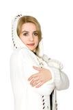 Modello in un cappotto lavorato a maglia bianco Fotografia Stock Libera da Diritti