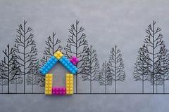 Modello variopinto della casa con il disegno dell'albero su fondo grigio Fotografie Stock Libere da Diritti