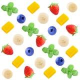Modello variopinto della frutta delle fette di frutta fresca su bianco Immagine Stock