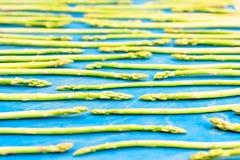 Modello verde fresco dell'asparago, vista superiore Isolato sopra l'azzurro Modello dell'asparago del fondo dell'alimento Fotografia Stock Libera da Diritti