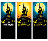 Modello verticale terrificante dell'insegna di Halloween di vettore con la siluetta del palazzo davanti alla luna piena illustrazione di stock
