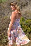 Modello in vestito floreale da dietro Fotografia Stock Libera da Diritti