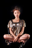Modello in vestito a strisce che possing nello studio Fondo fotografia stock libera da diritti