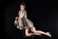 Modello in vestito a strisce che possing nello studio Fondo nero, fotografie stock libere da diritti